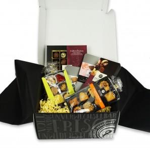 Peters Box mit Alkohol, Pralinen, Pecaré und Gebäck